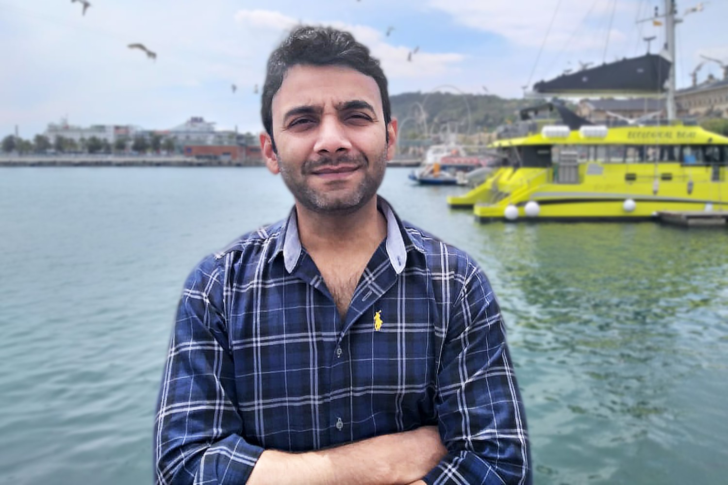 Portrait picture of Kashif Raza in front of a harbour